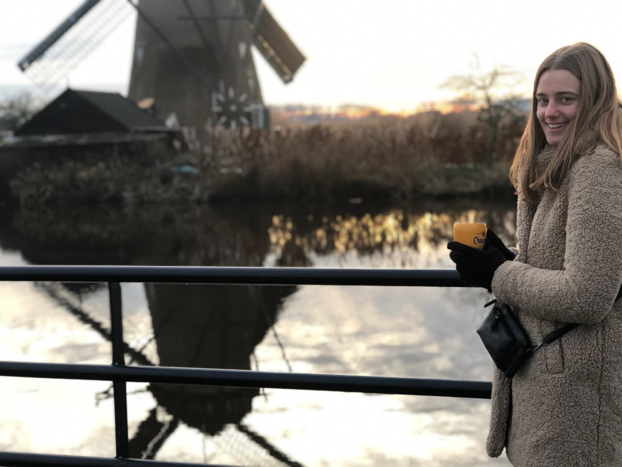 Toerist bij molen UNESCO Werelderfgoed Kinderdijk